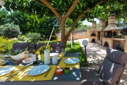 Обеденная зона. Греция, Ретимно : Шикарная вилла с бассейном, джакузи и видом на море, 5 спален, 4 ванные комнаты, барбекю, парковка, бильярд, настольный теннис, Wi-Fi
