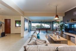 Гостиная. Греция, Ретимно : Шикарная вилла с бассейном, джакузи и видом на море, 5 спален, 4 ванные комнаты, барбекю, парковка, бильярд, настольный теннис, Wi-Fi