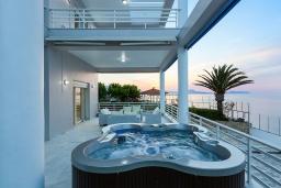 Терраса. Греция, Ретимно : Шикарная вилла с большим бассейном, джакузи и видом на море, 7 спален, 5 ванных комнат, тренажерный зал, сауна, теннисный корт, бильярд, парковка, Wi-Fi