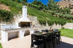 Территория. Греция, Киссамос Кастели : Комплекс из двух вилл с зеленой территорий и приватным пляжем, 2 гостиные, 6 спален, 5 ванных комнат, барбекю, парковка, Wi-Fi