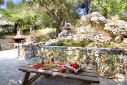 Территория. Греция, Георгиуполис : Прекрасная вилла с бассейном и зеленым двориком с барбекю, 3 спальни, 2 ванные комнаты, парковка, Wi-Fi