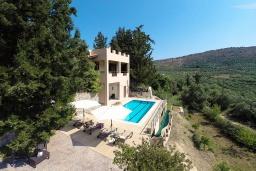 Фасад дома. Греция, Георгиуполис : Прекрасная вилла с бассейном и зеленым двориком с барбекю, 3 спальни, 2 ванные комнаты, парковка, Wi-Fi