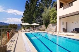 Бассейн. Греция, Георгиуполис : Прекрасная вилла с бассейном и зеленым двориком с барбекю, 3 спальни, 2 ванные комнаты, парковка, Wi-Fi
