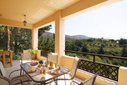 Обеденная зона. Греция, Георгиуполис : Прекрасная вилла с бассейном и зеленым двориком с барбекю, 3 спальни, 2 ванные комнаты, парковка, Wi-Fi