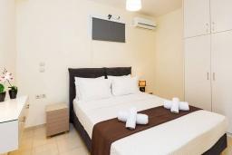 Спальня. Греция,  Ханья : Современная вилла с бассейном и зеленым двориком с барбекю, 4 спальни, 4 ванные комнаты, парковка, Wi-Fi