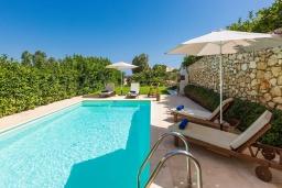 Бассейн. Греция, Ханья : Современная вилла с бассейном и зеленым двориком с барбекю, 4 спальни, 4 ванные комнаты, парковка, Wi-Fi