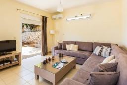 Гостиная. Греция,  Ханья : Современная вилла с бассейном и зеленым двориком с барбекю, 4 спальни, 4 ванные комнаты, парковка, Wi-Fi