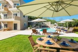 Обеденная зона. Греция, Ханья : Современная вилла с бассейном и зеленым двориком с барбекю, 4 спальни, 4 ванные комнаты, парковка, Wi-Fi