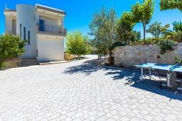 Территория. Греция,  Ханья : Современная вилла с бассейном и зеленым двориком с барбекю, 4 спальни, 4 ванные комнаты, парковка, Wi-Fi
