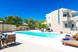 Фасад дома. Греция, Ханья : Современная вилла с бассейном и зеленым двориком с барбекю, 4 спальни, 4 ванные комнаты, парковка, Wi-Fi