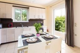 Кухня. Греция, Ханья : Современная вилла с бассейном и зеленым двориком с барбекю, 4 спальни, 4 ванные комнаты, парковка, Wi-Fi