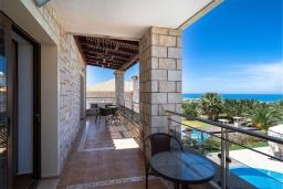 Балкон. Греция, Херсонисос : Роскошная вилла с бассейном и двориком с барбекю, 3 спальни, 4 ванные комнаты, джакузи, парковка, Wi-Fi