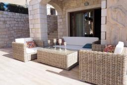 Патио. Греция, Херсонисос : Роскошная вилла с бассейном и двориком с барбекю, 3 спальни, 4 ванные комнаты, джакузи, парковка, Wi-Fi