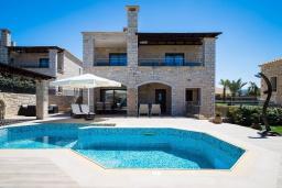 Фасад дома. Греция, Херсонисос : Роскошная вилла с бассейном и двориком с барбекю, 3 спальни, 4 ванные комнаты, джакузи, парковка, Wi-Fi