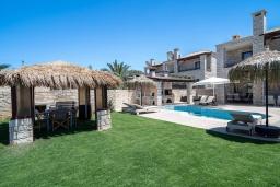 Территория. Греция, Херсонисос : Роскошная вилла с бассейном и двориком с барбекю, 3 спальни, 4 ванные комнаты, джакузи, парковка, Wi-Fi
