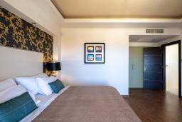 Спальня. Греция, Херсонисос : Роскошная вилла с бассейном и двориком с барбекю, 3 спальни, 4 ванные комнаты, джакузи, парковка, Wi-Fi