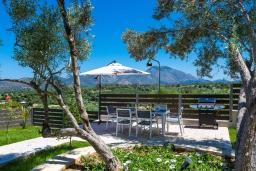 Территория. Греция, Панормо : Роскошная вилла с бассейном и зеленым двориком с барбекю, 3 спальни, 4 ванные комнаты, парковка, Wi-Fi