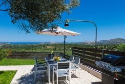 Обеденная зона. Греция, Панормо : Роскошная вилла с бассейном и зеленым двориком с барбекю, 3 спальни, 4 ванные комнаты, парковка, Wi-Fi
