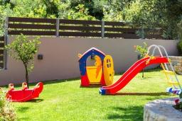 Детская площадка. Греция, Панормо : Роскошная вилла с бассейном и зеленым двориком с барбекю, 3 спальни, 4 ванные комнаты, парковка, Wi-Fi