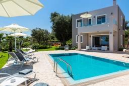 Фасад дома. Греция, Панормо : Роскошная вилла с бассейном и зеленым двориком с барбекю, 3 спальни, 4 ванные комнаты, парковка, Wi-Fi