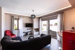 Гостиная. Греция, Панормо : Роскошная вилла с бассейном и зеленым двориком с барбекю, 3 спальни, 4 ванные комнаты, парковка, Wi-Fi