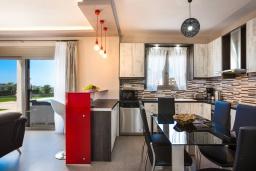 Кухня. Греция, Панормо : Роскошная вилла с бассейном и зеленым двориком с барбекю, 3 спальни, 4 ванные комнаты, парковка, Wi-Fi