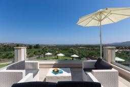 Патио. Греция, Панормо : Роскошная вилла с бассейном и зеленым двориком с барбекю, 3 спальни, 4 ванные комнаты, парковка, Wi-Fi