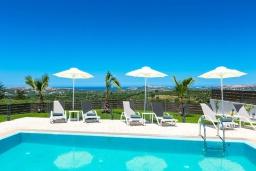 Бассейн. Греция, Панормо : Роскошная вилла с бассейном и зеленым двориком с барбекю, 3 спальни, 4 ванные комнаты, парковка, Wi-Fi