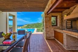 Обеденная зона. Греция, Айя Марина : Прекрасная вилла с бассейном и двориком с барбекю, 3 спальни, 3 ванные комнаты, парковка, Wi-Fi