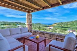 Патио. Греция, Айя Марина : Прекрасная вилла с бассейном и двориком с барбекю, 3 спальни, 3 ванные комнаты, парковка, Wi-Fi