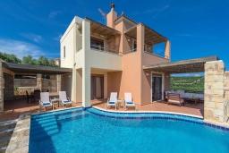 Фасад дома. Греция, Айя Марина : Прекрасная вилла с бассейном и двориком с барбекю, 3 спальни, 3 ванные комнаты, парковка, Wi-Fi
