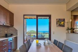 Кухня. Греция, Айя Марина : Прекрасная вилла с бассейном и двориком с барбекю, 3 спальни, 3 ванные комнаты, парковка, Wi-Fi