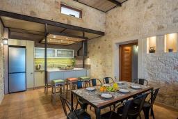Кухня. Греция, Айя Марина : Прекрасная вилла с бассейном и двориком с барбекю, 4 спальни, 3 ванные комнаты, парковка, Wi-Fi
