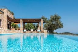 Бассейн. Греция, Айя Марина : Прекрасная вилла с бассейном и двориком с барбекю, 4 спальни, 3 ванные комнаты, парковка, Wi-Fi