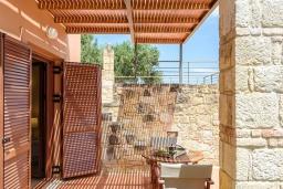 Обеденная зона. Греция, Айя Марина : Прекрасная вилла с бассейном и двориком с барбекю, 4 спальни, 3 ванные комнаты, парковка, Wi-Fi