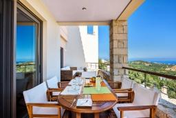 Обеденная зона. Греция, Айя Марина : Прекрасная вилла с бассейном и двориком с барбекю, 5 спален, 3 ванные комнаты, парковка, Wi-Fi