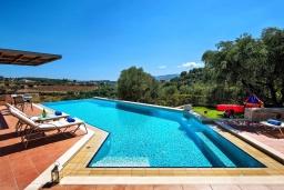 Бассейн. Греция, Айя Марина : Прекрасная вилла с бассейном и двориком с барбекю, 5 спален, 3 ванные комнаты, парковка, Wi-Fi