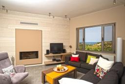 Гостиная. Греция, Айя Марина : Прекрасная вилла с бассейном и двориком с барбекю, 5 спален, 3 ванные комнаты, парковка, Wi-Fi