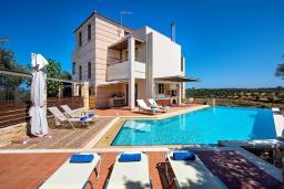 Фасад дома. Греция, Айя Марина : Прекрасная вилла с бассейном и двориком с барбекю, 5 спален, 3 ванные комнаты, парковка, Wi-Fi