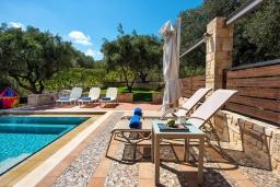 Зона отдыха у бассейна. Греция, Айя Марина : Прекрасная вилла с бассейном и двориком с барбекю, 5 спален, 3 ванные комнаты, парковка, Wi-Fi