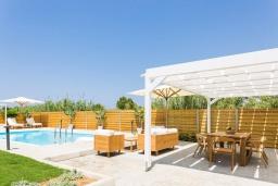 Зона отдыха у бассейна. Греция, Ретимно : Роскошная пляжная вилла с бассейном и двориком с барбекю, 3 спальни, 2 ванные комнаты, парковка, Wi-Fi