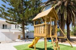 Детская площадка. Греция, Ретимно : Роскошная пляжная вилла с бассейном и двориком с барбекю, 3 спальни, 2 ванные комнаты, парковка, Wi-Fi