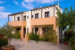 Фасад дома. Греция, Ретимно : Прекрасная вилла с бассейном и джакузи, 8 спален, 5 ванных комнат, барбекю, бильярд, тренажерный зал, парковка, Wi-Fi