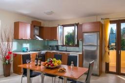 Кухня. Греция, Ретимно : Прекрасная вилла с бассейном и джакузи, 8 спален, 5 ванных комнат, барбекю, бильярд, тренажерный зал, парковка, Wi-Fi