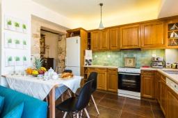 Кухня. Греция, Панормо : Уютный дом в 10 метрах от пляжа и с террасой с видом на море, 5 спален, 3 ванные комнаты, Wi-Fi