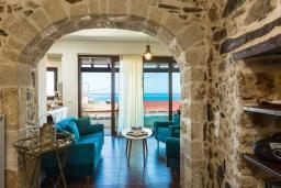 Гостиная. Греция, Панормо : Уютный дом в 10 метрах от пляжа и с террасой с видом на море, 5 спален, 3 ванные комнаты, Wi-Fi