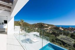 Балкон. Греция, Бали : Современная вилла с бассейном и видом на море, 3 спальни, 3 ванные комнаты, барбекю, парковка, Wi-Fi