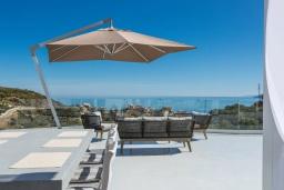 Обеденная зона. Греция, Бали : Современная вилла с бассейном и видом на море, 3 спальни, 3 ванные комнаты, барбекю, парковка, Wi-Fi
