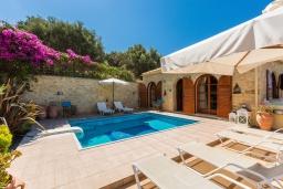 Бассейн. Греция, Аделе : Прекрасная вилла с бассейном и двориком с барбекю, 4 спальни, 3 ванные комнаты, парковка, Wi-Fi