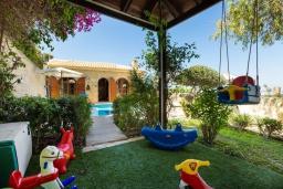 Территория. Греция, Аделе : Прекрасная вилла с бассейном и двориком с барбекю, 4 спальни, 3 ванные комнаты, парковка, Wi-Fi